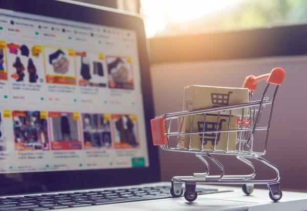 Kā Ķīnas internetveikali un Aliexpress pārdevēji var atļauties bezmaksas piegādi?
